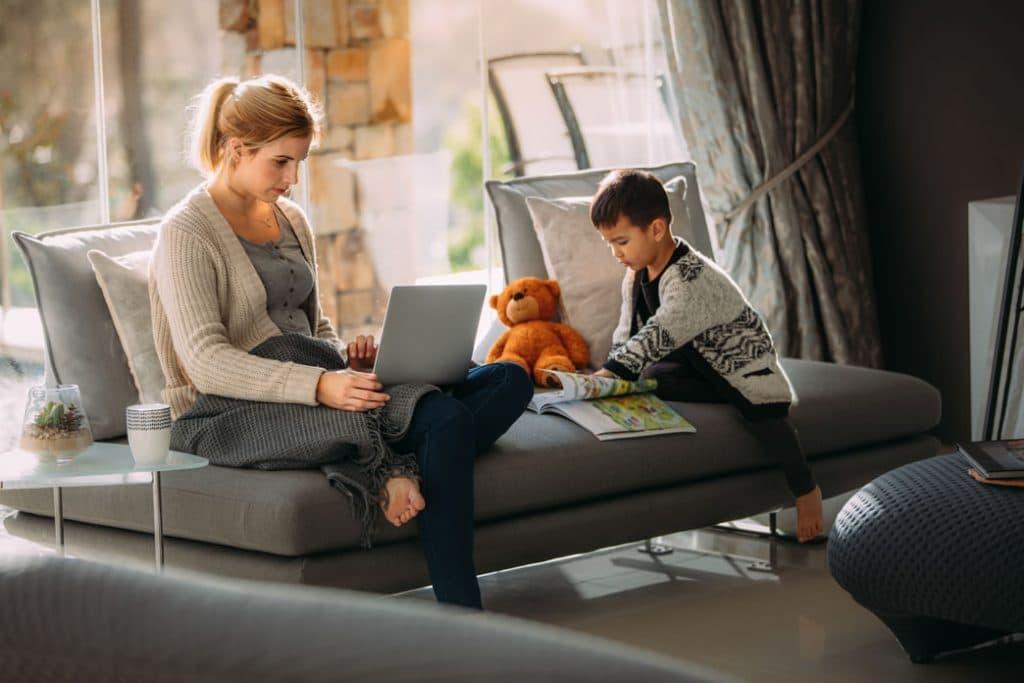 Femme et son fils Salon - Cafe virtuel